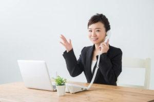 電話をしながら提案をする女性