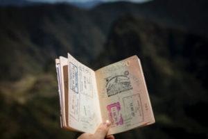 パスポートを開いている様子